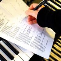 Biisintekijä kirjoittaa kappaletta