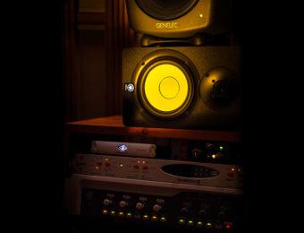Monitorit studion tarkkaamossa