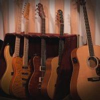 Studion kitarakalustoa