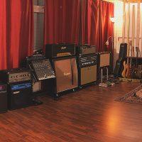 Äänitystilassa on käytössä monet soittimet ja laitteet