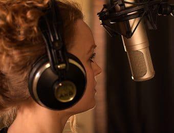 Nainen laulaa mikin edessä