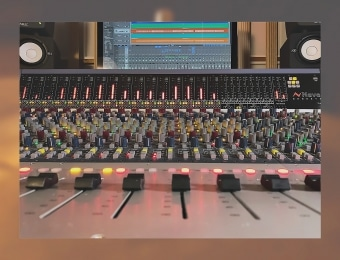 Monitorit ja mikseri studion tarkkaamossa